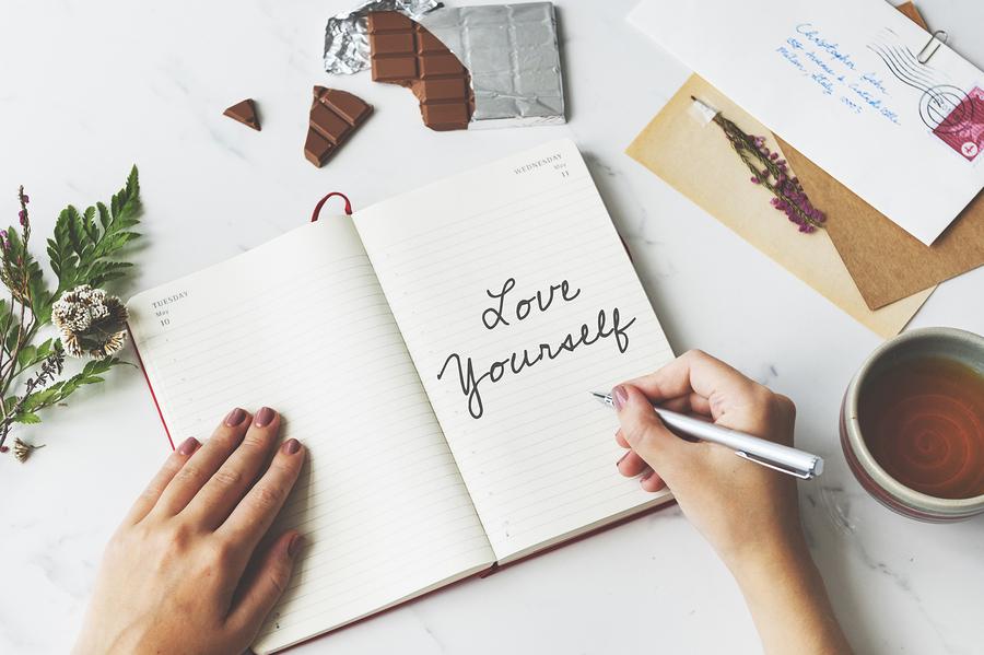 Boek waar zelfliefde in geschreven is.