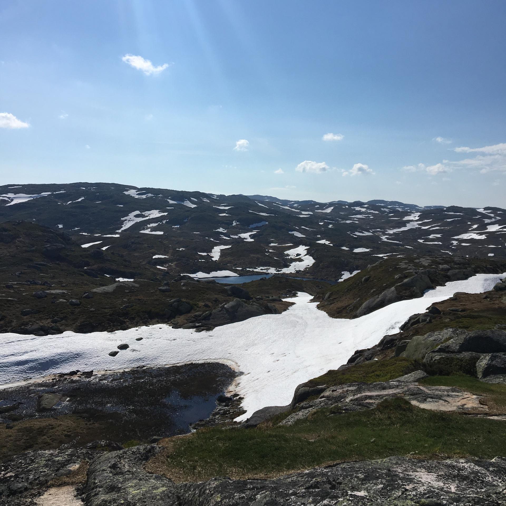 Beklede bergtoppen Noorwegen met sneeuw
